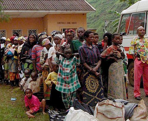 """Des victimes de viol se rassemblent dans une """"hutte de la paix"""" près de Walungu, Kivu du Sud en RDC"""