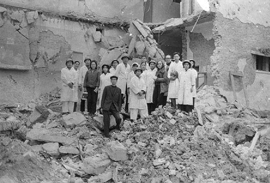 dans les ruines de l'hôpital Bach Maï