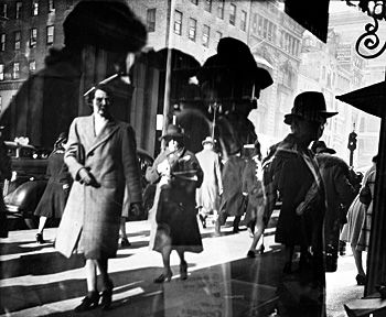 Reflections (Reflets), New York, c. 1939-1945. Lisette Model Fundación MAPFRE, Madrid