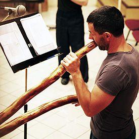 Raphaël Didjaman et l'un de ses didgeridoos, dans les studios de Radio France.
