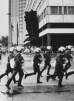 L'ancienne police anti-émeutes Est-allemande pendant une manifestation publique contre le régime communiste Est-allemand.