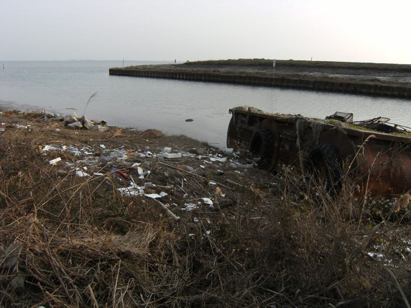 Bassins de stockage de boue toxique dans la lagune de Marano