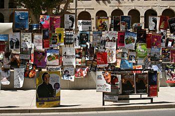 Les rues d'Avignon couvertes d'affiches de spectacles.