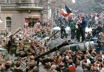 Les habitants de Prague entourent les chars soviétiques devant le bâtiment de la radio tchécoslovaque