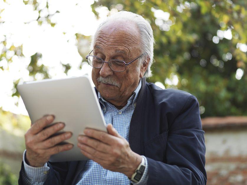 Homme avec une tablette tactile