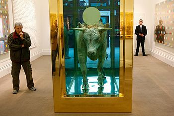 « Le veau d'or » de Damien Hirst exposé pour la vente aux enchères chez Sotheby's à Londres en septembre 2008.