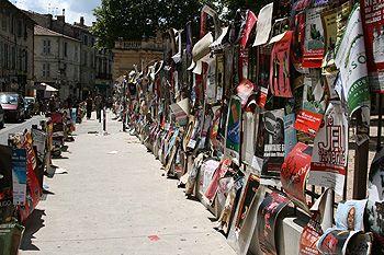 Le festival Off transforme les rues d'Avignon aux couleurs de ses spectacles.