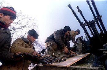 Des soldats tchétchènes chargent des munitions antiaériennes,  le 10 décembre 1994.