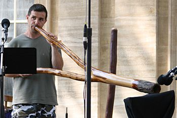 Raphaël Didjaman au didgeridoo.