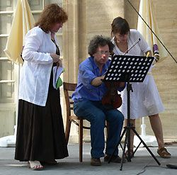 Christine Bernard-Sugy (à gauche) en répétition avec les interprètes