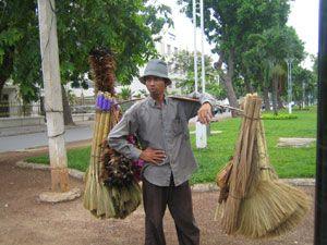 Un vendeur de balais plumeaux dans le centre de Phnom Penh