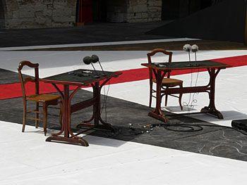 deux chaises, deux tables...