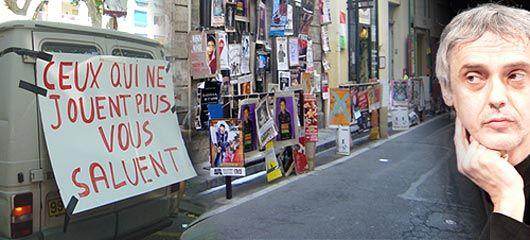 Affiches et tracs tapissent les rues, en 2003 la grève des intermittents et cette année, Josef Nadj, artiste invité du festival