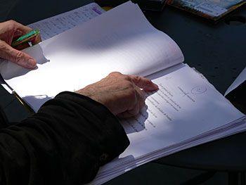 Jacques Taroni vérifie une dernière fois le montage des textes