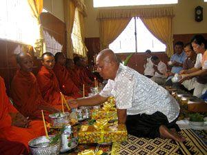 Un cérémonie bouddhiste chez le professeur Ka Sunbaunat à l'occasion de l'anniversaire de sa femme.