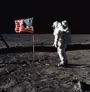 Buzz Aldrin face au drapeau