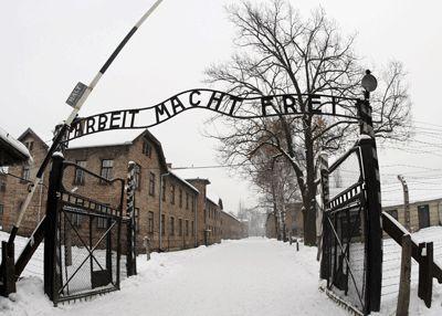 Vue de la porte d'entrée du Musée d'Auschwitz près de l'ancien camp de la mort Auschwitz-Birkenau