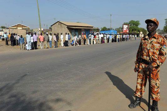 Devant les bureaux de vote, les électeurs se sont alignés depuis 2h du matin sous la protection de l'armée du Sud Soudan