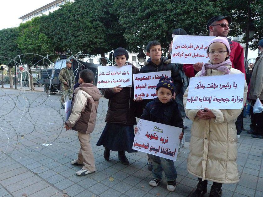 Famille protestant à Tunis contre la composition du nouveau gouvernement. 20 janvier 2011