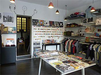 Dans la boutique, la première pièce est consacrée aux accessoires, vêtements et livres.