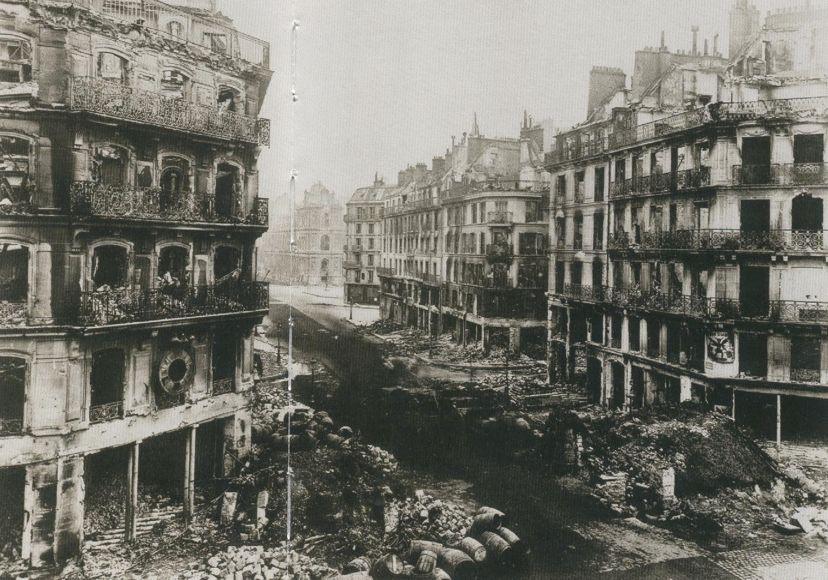 La rue de Rivoli et son horloge arrêtée. Mai 1871