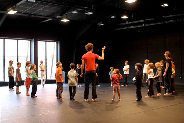 """Boris Charmatz et ses jeunes danseurs, pour le spectacle """"Enfants"""""""