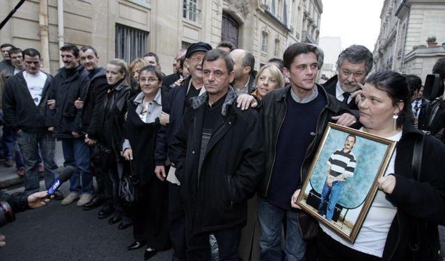 Les acquittés d'Outreau après avoir été reçus à Matignon, le 6 décembre 2005