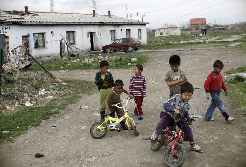 Des enfants roms jouent dans le village Plementina (au nord-ouest de Pristina, Kosovo)