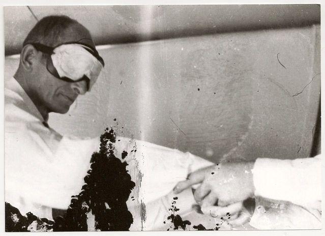 Adolf Eichmann, les yeux bandés avant son départ vers Israël.