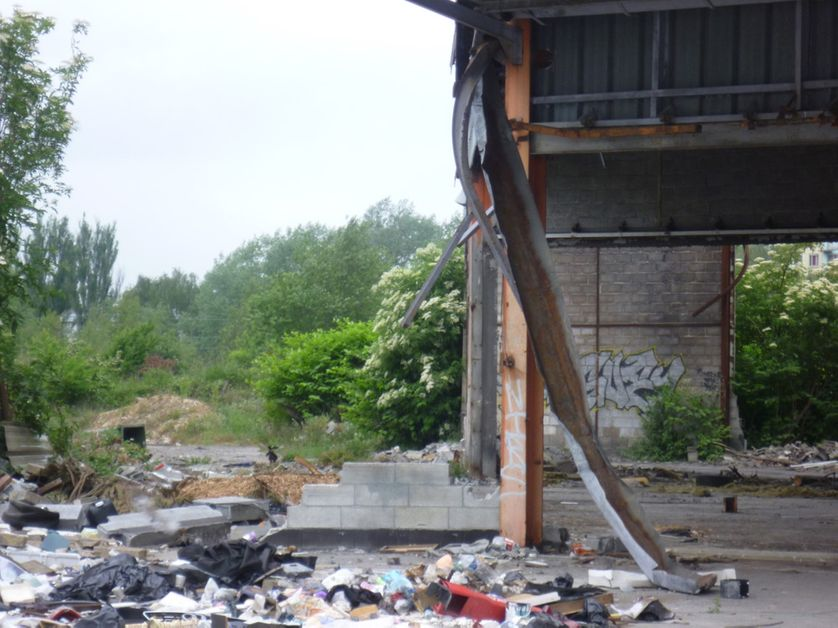 l'usine devant le camp porte d'Arras.