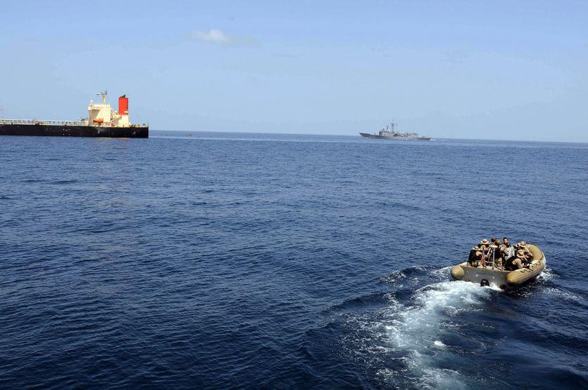 Le USS Bulkeley s'apprête à libérer l'équipage d'un pétrolier japonais attaqué par des pirates au large de la Somalie. 7/3/11