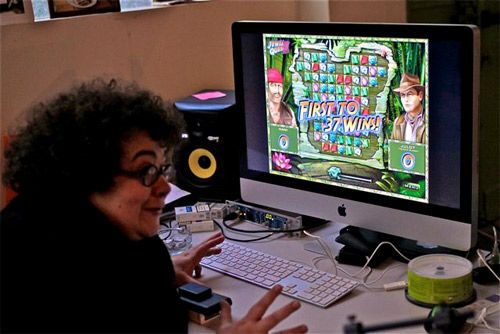 Juliette travaille sur l'ordinateur, mais joue, aussi....