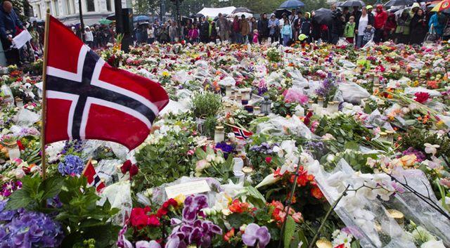 Devant la cathédrale d'Oslo, les fleurs et le recueillement