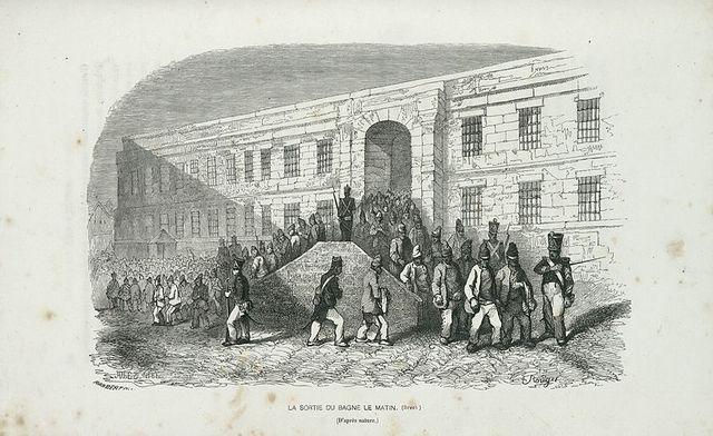 Les forçats sortent du Bagne de Brest pour aller au travail, sous la surveillance des gardes-chiourme