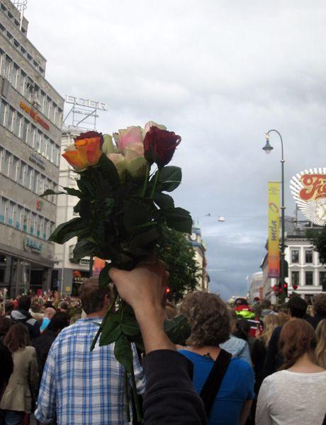 150 000 personnes, des roses à la main, ont convergé sur le port d'Oslo