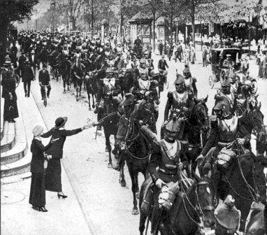 Cavaliers français traversant Paris en août 1914