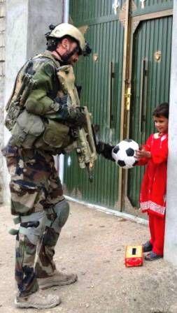 Un enfant afghan avec un soldat français.