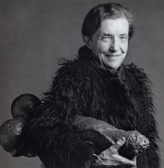 """Louise Bourgeois et sa """"Fillette"""" à la main"""