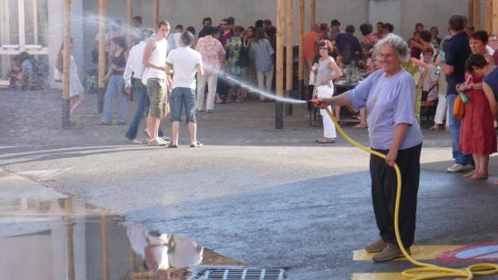 A Avignon,  Ariane Mnouchkine arrose les spectateurs des Ephémères, juillet 2007