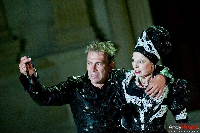 Philippe Torreton dans le rôle d'Hamlet et Catherine Salviat dans celui de Gertrude, reine du Danemark et mère d'Hamlet,