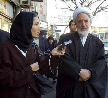 Delphine Minoui en pleine interview ave Mehdi Karoubi, homme politique et membre du clergé iranien