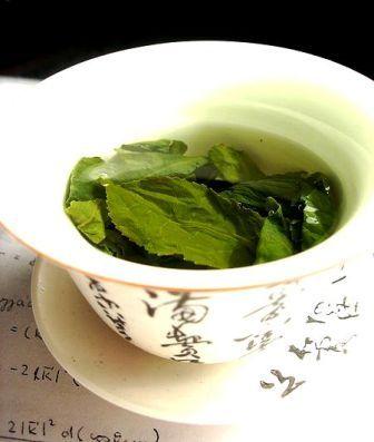 Feuilles de thé infusant dans une tasse zhong