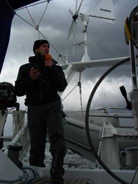 Gaëtan Vannay sur un voilier, dans les eaux intérieures russes pour un reportage dans la région de Mourmansk-Arkangelsk