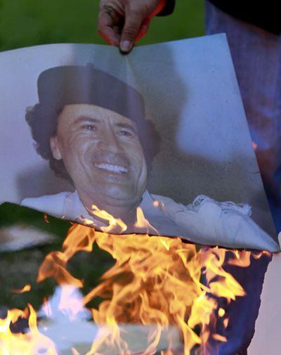 On brule des photos de Kadhafi