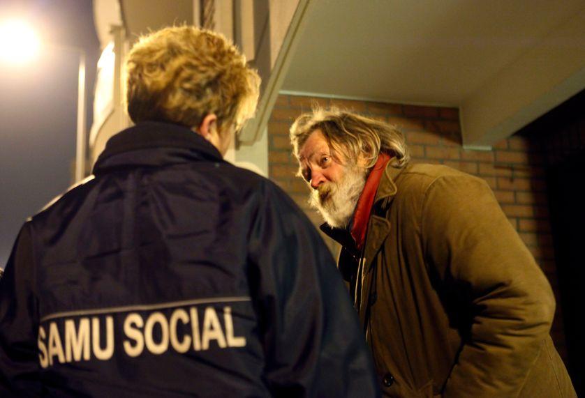 Une salariée du Samu Social aide un sans-abri à Lille le 30 décembre 2008