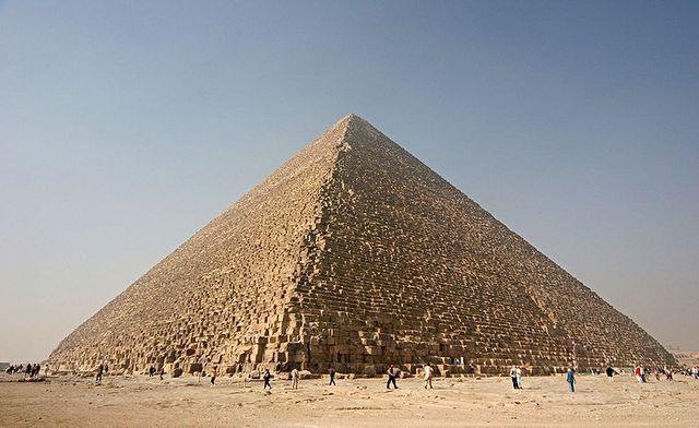 Pyramides - Tête au carré
