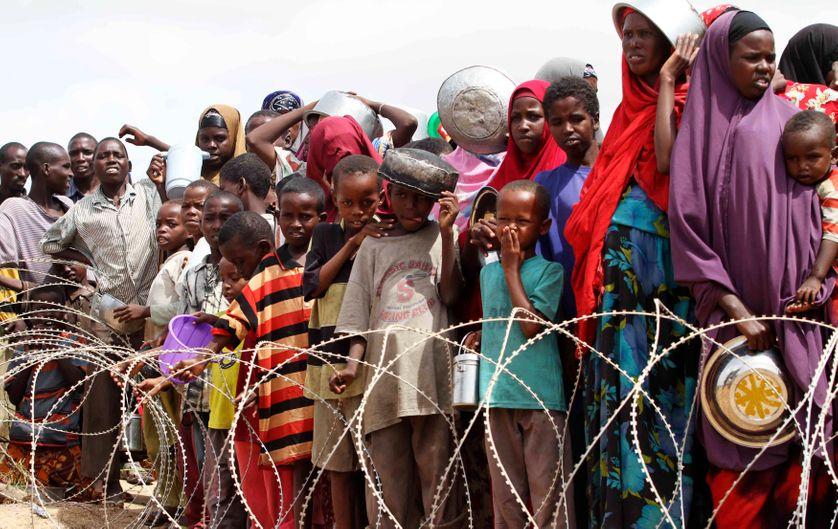 Des réfugiés somaliens attendent une distribution de nourriture dans un camp près de Mogadiscio, le 16 juillet 2011