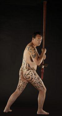 Joe Harawira après avoir reçu un tatouage corporel intégral