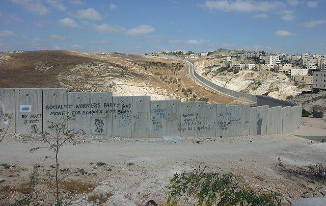 Le Mur, frontière très réelle et visible de la séparation.