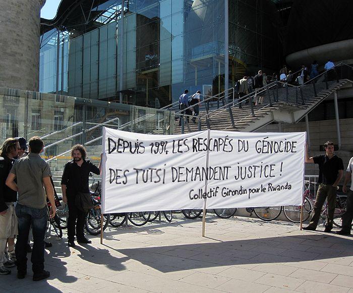 Membres de l'association CAURI sur la Place des Droits de l'Homme, à Bordeaux, au pied du Tribunal de Gde Instance, 27 sept 2011